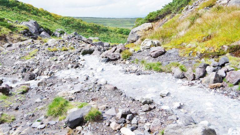 中岳温泉付近、白っぽい川の脇の岩場が登山道です