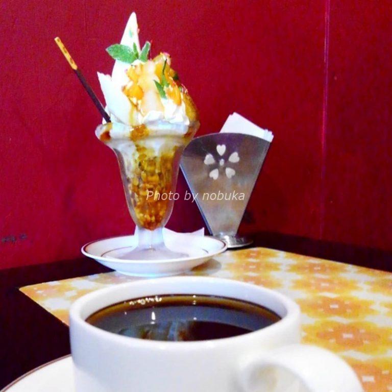 パーラートモミのパフェとコーヒー